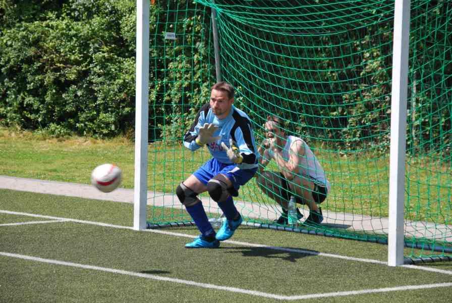Kurz vor Ende der Partie entschärfte Göbel einen Strafstoß gegen seinen Stuttgarter Nationalmannschaftskollegen Russom